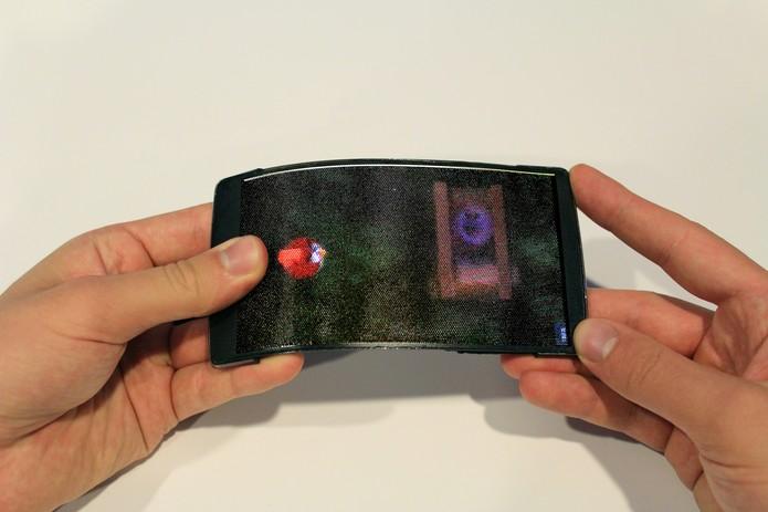 Jogo Angry Birds é mostrado de forma mais dinâmica com tela flexível do HoloFlex (Foto: Divulgação/QueensUniversity)