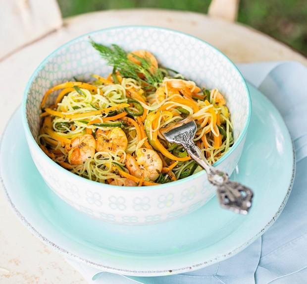 Salada de harussame com pepino marinado, fios de cenoura e camarão (Foto: Elisa Correa / Editora Globo)
