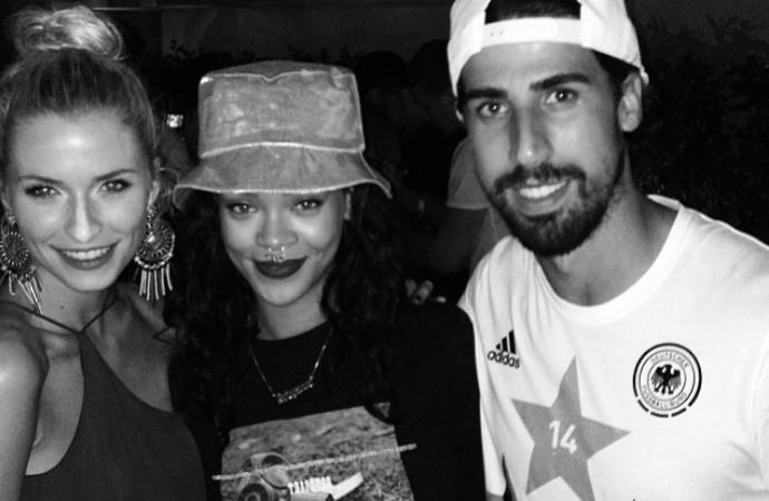 Rihanna e Khedira, no hotel da Alemanha (Foto: Reprodução / Instagram)