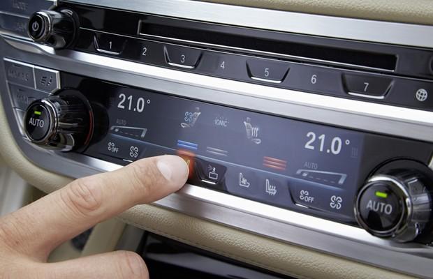 BMW Série 7 tem comandos de ar-condicionado sensíveis ao toque (Foto: Divulgação)