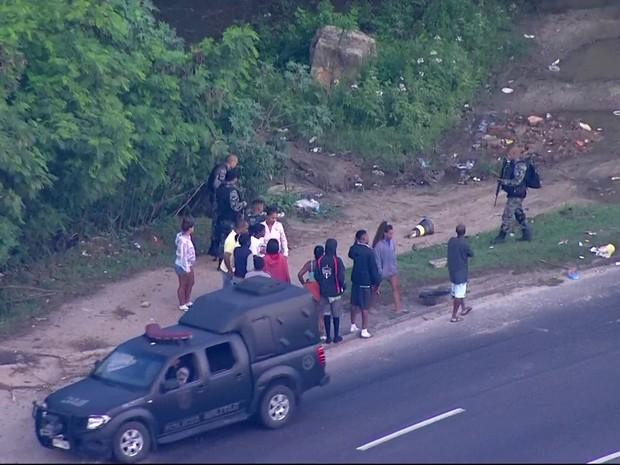 Pms fazem operação na Cidade de Deus (Foto: Reprodução/TV Globo)