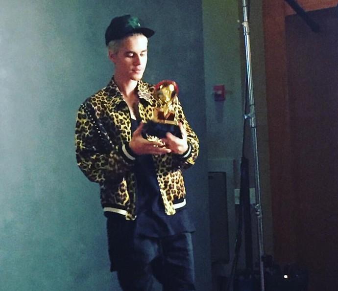 Justin Bieber - com seu primeiro Grammy - ostenta estilo próprio (Foto: Reprodução Internet)