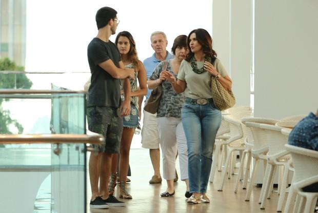 Fátima Bernardes vai ao cinema com os filhos e amigos no shopping Village Mall na Barra da Tijuca (Foto: Fabio Moreno/Agnews)