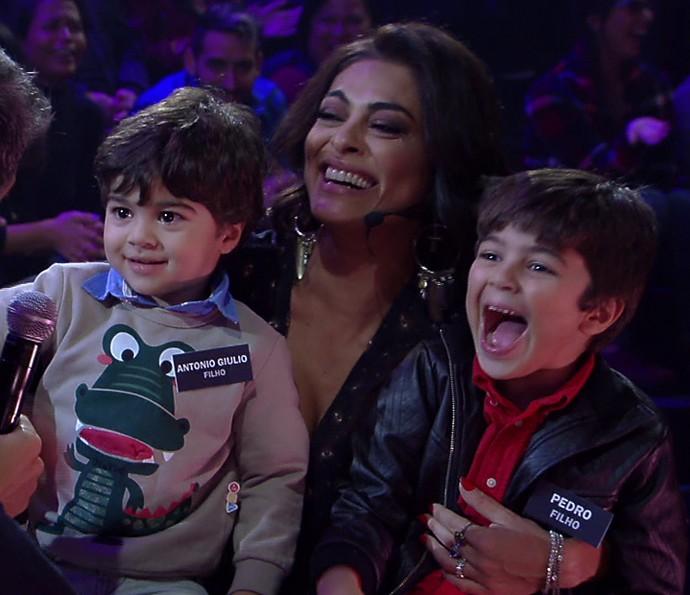 Juliana Paes com seus dois filhos fofos (Foto: TV Globo)