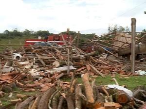 Ventania provocou prejuízos na Zona Rural de Piratini (Foto: RBS TV/ Reprodução)