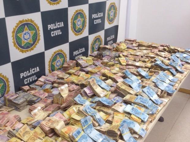 Dinheiro seria utilizado na compra de drogas (Foto: Divulgação/ Polícia Civil)