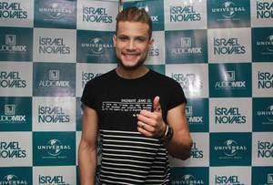 Alegria no camarim de Israel Novaes depois do show. (Foto: Luanna Gondim / TV Verdes Mares)