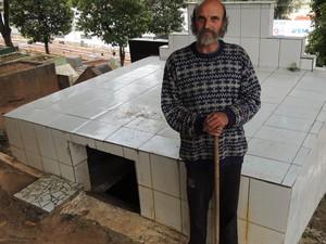Popó, como é conhecido, mora em um túmulo em Santa Isabel há 13 anos (Foto: Jamile Santana/G1)