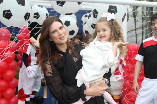 Mariana Kuperf e sua filha Victória  (Foto: Thiago Duran/AgNews)