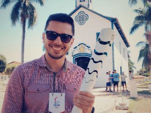 Pablo Caires mostra o símbolo Olímpico na cidade de Couto de Magalhães de Minas (Foto: Ricardo Caroba/Inter TV Grande Minas)