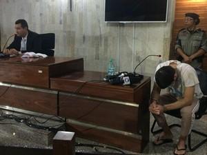 Tiago da Rocha, 26 anos, permaneceu de cabeça baixa e em silêncio (Foto: Paula Resende/G1)