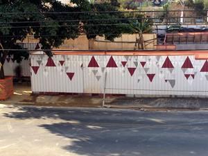 Tapumes atrapalham passagem de pedestres no Cambuí em Campinas (Foto: VC no G1)