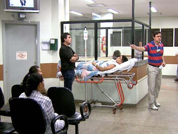 Estudante aguarda em maca na sala de espera por cirurgia no HC em Ribeirão Preto, SP (Foto: Reprodução/EPTV)