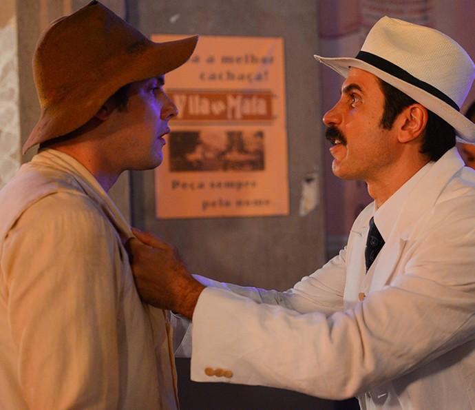 Ernesto segura Candinho pela camisa (Foto: Pedro Carrilho/Gshow)