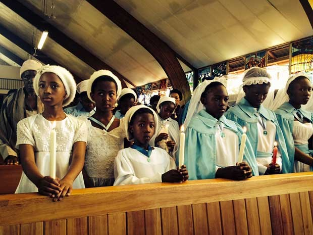 Igreja Regina Mundi recebe muito jovens. (Foto: Giovana Sanchez / G1)