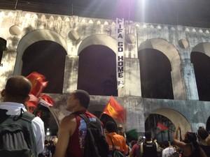 Faixa com os dizeres 'Fifa go home' foi estendida nos Arcos da Lapa (Foto: Daniel Silveira / G1)