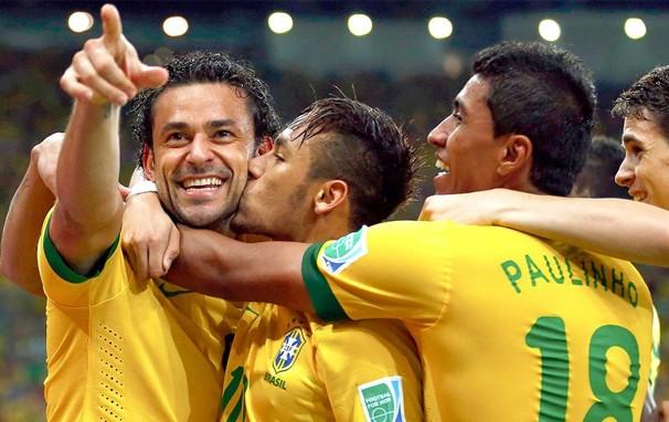 Jogadores do Brasil se abraçam durante o jogo contra a Espanha na final da Copa das Confederações (Foto: Reuters)