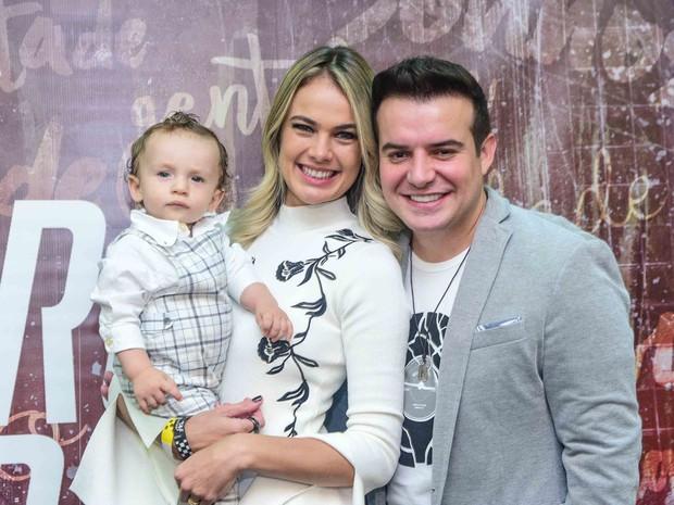 Thaís Pacholek e Belutti com o filho, Luis Miguel, em show em São Paulo (Foto: Leo Franco/ Ag. News)