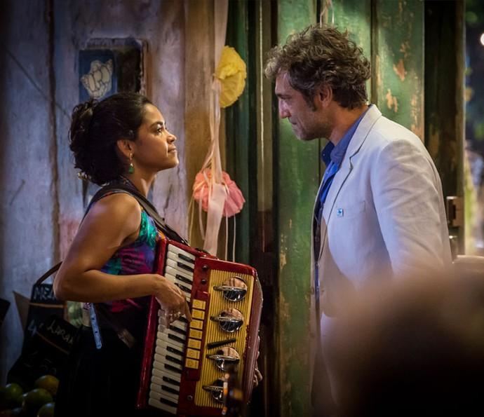 A dona de casa percebe a troca de olhares entre o marido e a ex-namorada... (Foto: Felipe Monteiro/ Gshow)