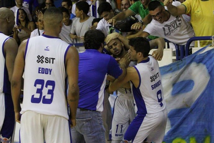 jamaal smith comemora vitória do macaé basquete (Foto: Raphael Bózeo)