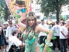 Alessandra Negrini rouba a cena em bloco de carnaval com fantasia sexy