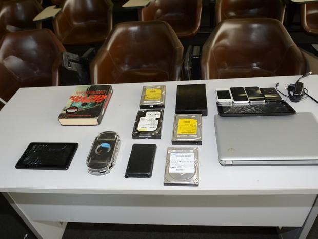 Foram apreendidos seis HDs internos contendo vídeos e fotos de vítimas, incluindo menores de idade. (Foto: Divulgação/SSP-MA)