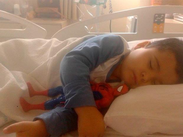 Pedrinho pequeno Homem-Aranha leucemia RS (Foto: Regina Sodré/Arquivo Pessoal)