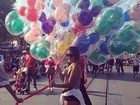 De shortinho, Danielle Favatto se diverte em parque de diversões