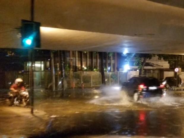 Na Fonte da Saudade, motoristas e motociclistas enfrentam bolsões de água  (Foto: Ari Peixoto/Tv Globo)
