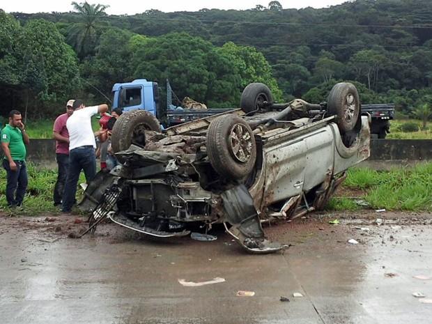 Carro capotou na BR-232. (Foto: Divulgação / Enviado pelo Whatsapp)