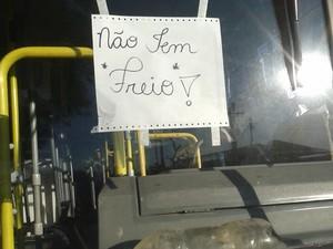 Usuária do transporte de Jaguariúna registra aviso de ônibus sem freio em circular (Foto: Reprodução / EPTV)