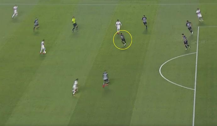 """Willians, único volante de ofício do Corinthians no jogo, esteve sobrecarregado e deixou Cueva """"solto"""" (Foto: Reprodução)"""