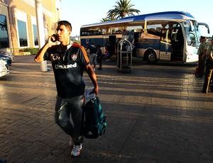 Thiago Neves no desembarque do Fluminense em Concepción (Foto: Nelson Perez / Fluminense. F.C.)