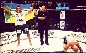 Estreia com pé direito: John Macapá vence primeira luta no Bellator 128 (Foto: Reprodução/Facebook)