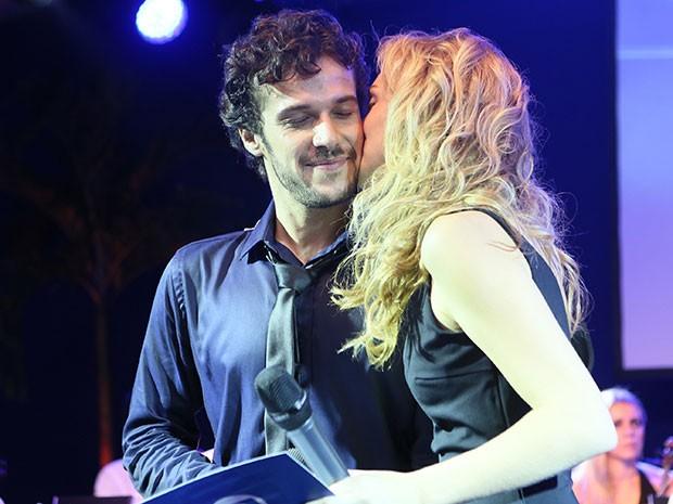 Jayme Matarazzo ganha beijo de Isabelle Drummond (Foto: Isabella Pinheiro/Gshow)