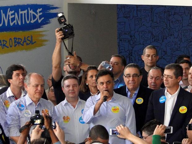 Acompanhado de lideranças do PSDB e apoiadores, Aécio Neves inaugura comitê em Belo Horizonte (Foto: Raquel Freitas / G1)