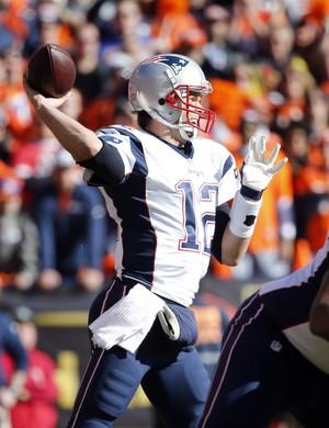 Tom Brady durante jogo entre Broncos e Patriots na NFL (Foto: Reuters)