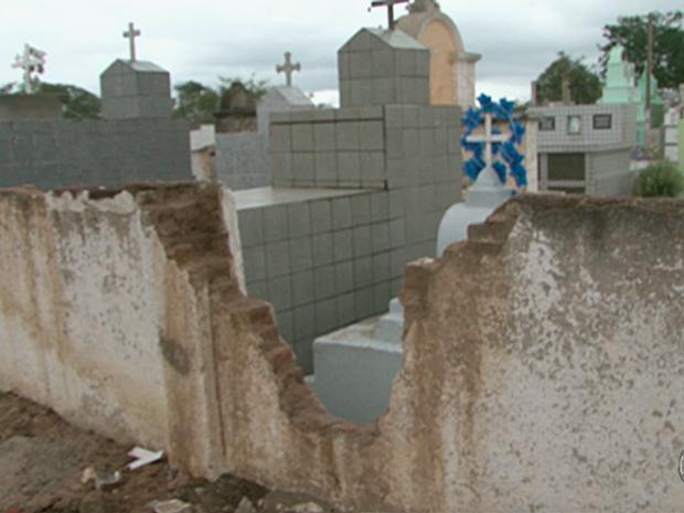Cemitério de Alagoinha sofre com problemas estruturais  (Foto: Reprodução/TV Asa Branca)