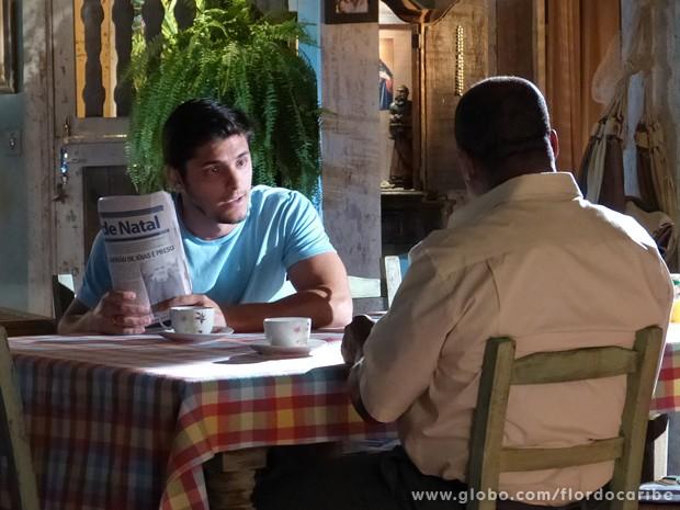 Juliano mostra foto de Arruda para Quirino (Foto: Flor do Caribe / TV Globo)