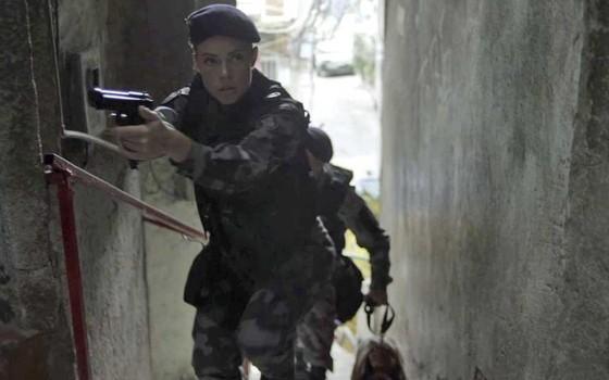 A atriz em cena de A força do querer, onde vive a policial Jeiza (Foto: Gshow)