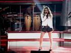 Claudia Leitte encanta plateia com cachos no cabelo, shortinho e saltão