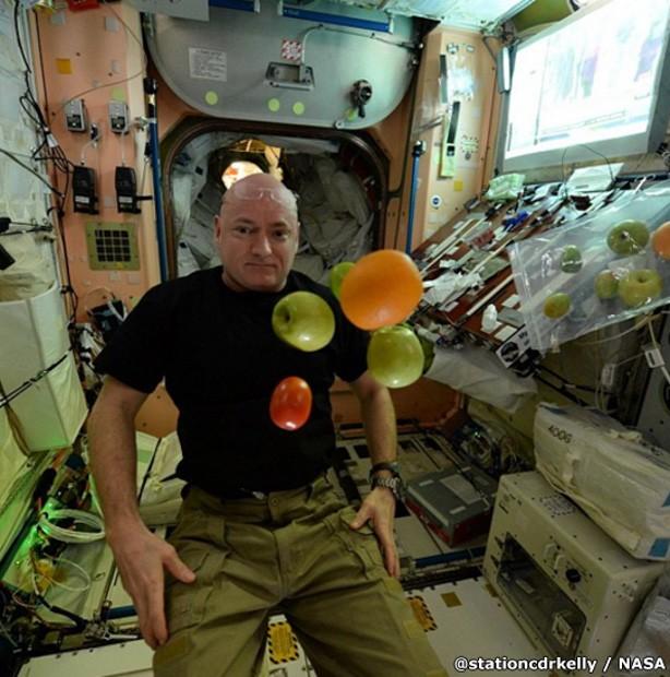 O astronauta Scott Kelly flutua com frutas na ISS (Foto: Scott Kelly)