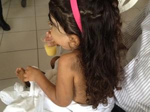 Pai diz que Kemilly demosntra estar feliz com o resultado do tratamento (Foto: Fernanda Borges/G1)