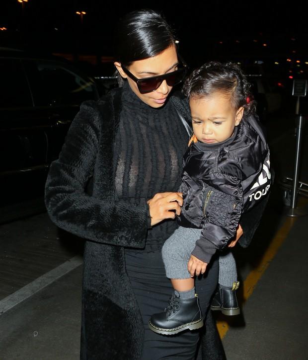 X17 - Kim Kardashian com a filha, North, em aeroporto de Los Angeles, nos Estados Unidos (Foto: X17online/ Agência)