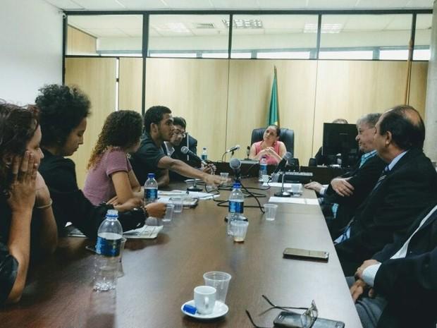 Reunião entre alunos e representantes da Ufpi ocorreu na Justiça Federal, em Teresina (Foto: Samantha Araújo/G1)