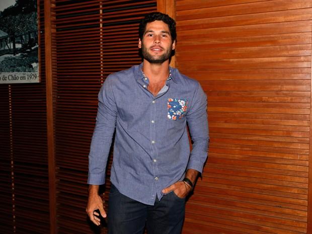 Dudu Azevedo interpreta Beto, grande amigo do personagem de Thiago Fragoso (Foto: Felipe Monteiro/Gshow)