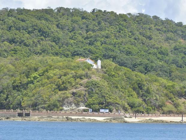 É possível ver Igreja de Nossa Senhora de Guadalupe já na chegada a Ilha dos Frades (Foto: Josemar Pereira/Ag Haack)