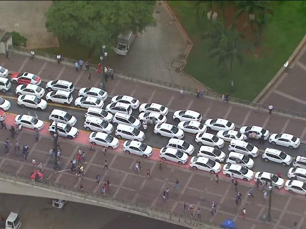 Taxistas fecham Viaduto do Chá (Foto: Reprodução/TV)
