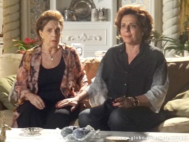 Áurea e Cacilda não aguentam a curiosidade e assistem o DVD que Érica entregou (Foto: Salve Jorge/TV Globo)