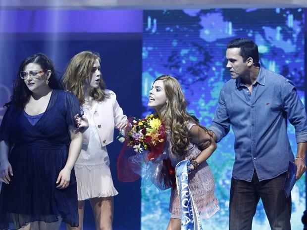 Bélgica tira a faixa e o buquê da vencedora (Foto: Raphael Dias/Gshow)